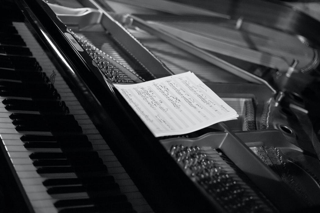 Quels sont les autres avantages de l'apprentissage de piano en ligne